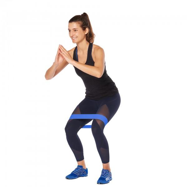 Frau trainiert mit dem ARTZT vitality Loop Band Textil